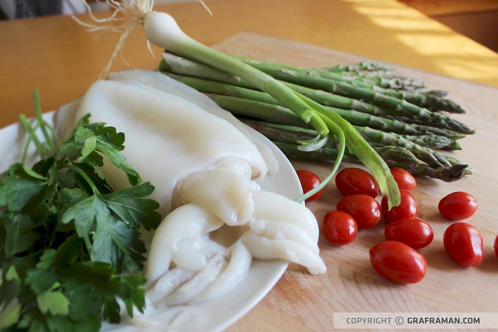 Calamarata con seppia, asparagi e datterini