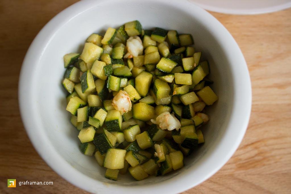 Salmone al forno su crema di piselli e tortino di patate ripieno di zucchine e gamberetti