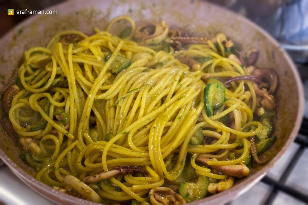 Spaghetti totani, zucchine e zafferano