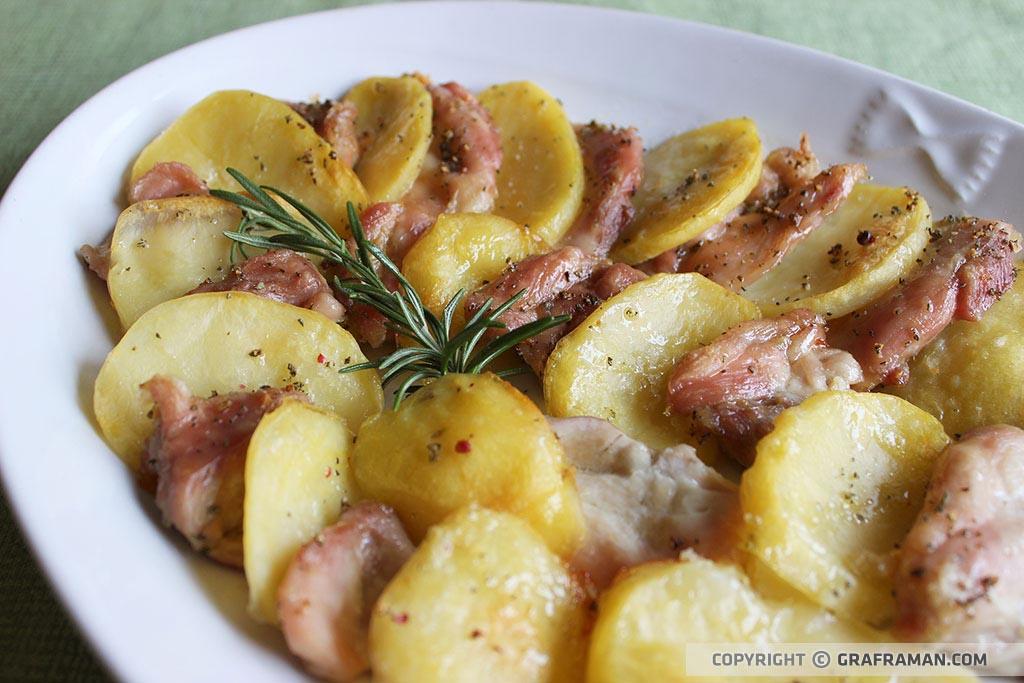 Teglia di pollo e patate al forno